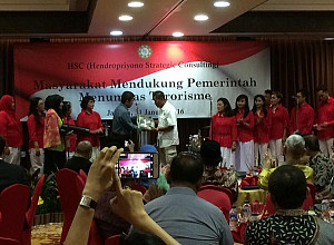 Award to TNI and POLRI in warding terroris attack